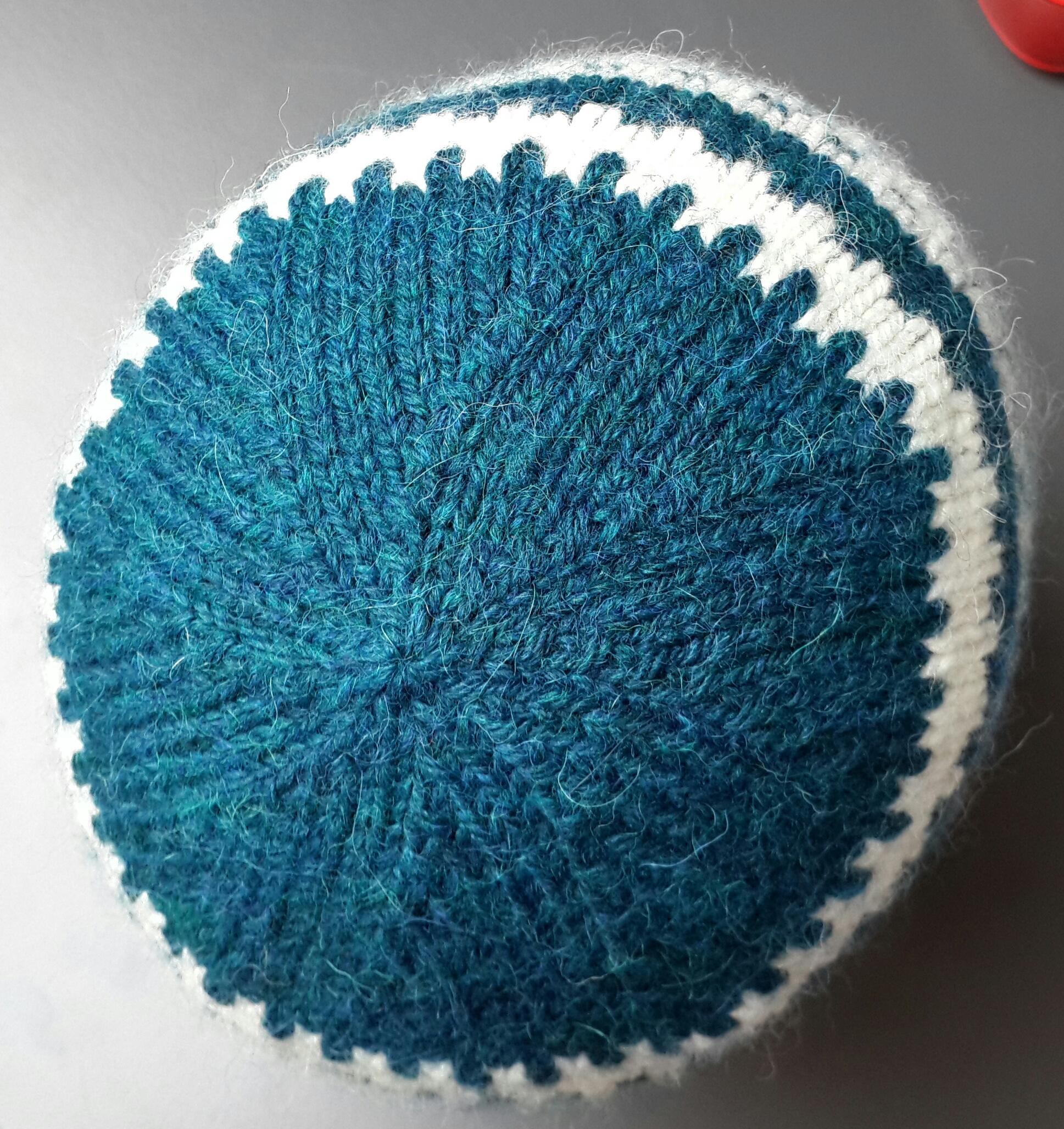 Вязание простых шапочек спицами фото